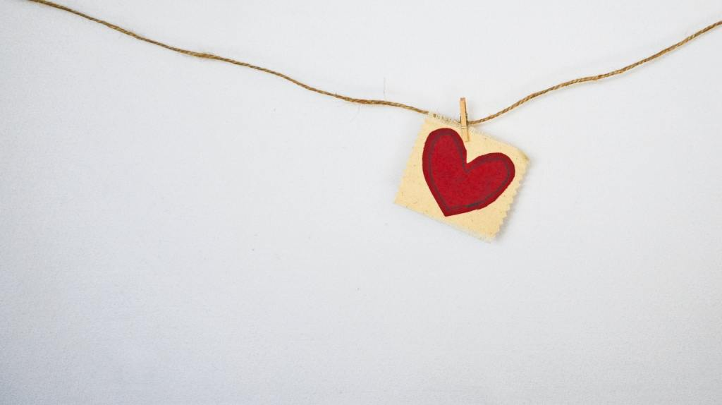 Varal com figura de coração pendurado, representando um gesto de empatia.